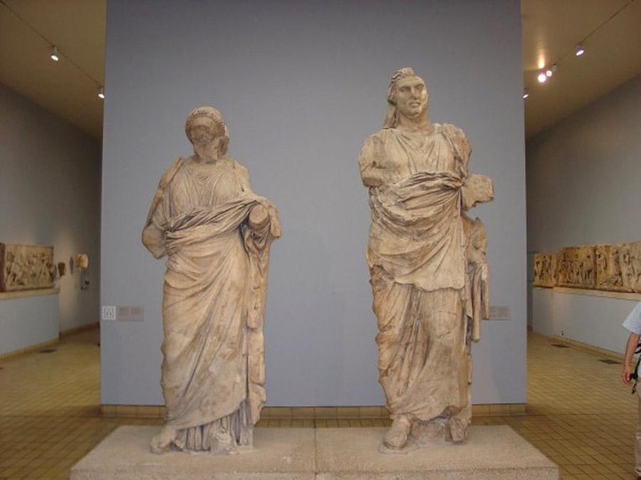 Статуи Мавсола и его жены