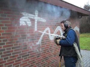 Очистка стен сухим льдом от надписей