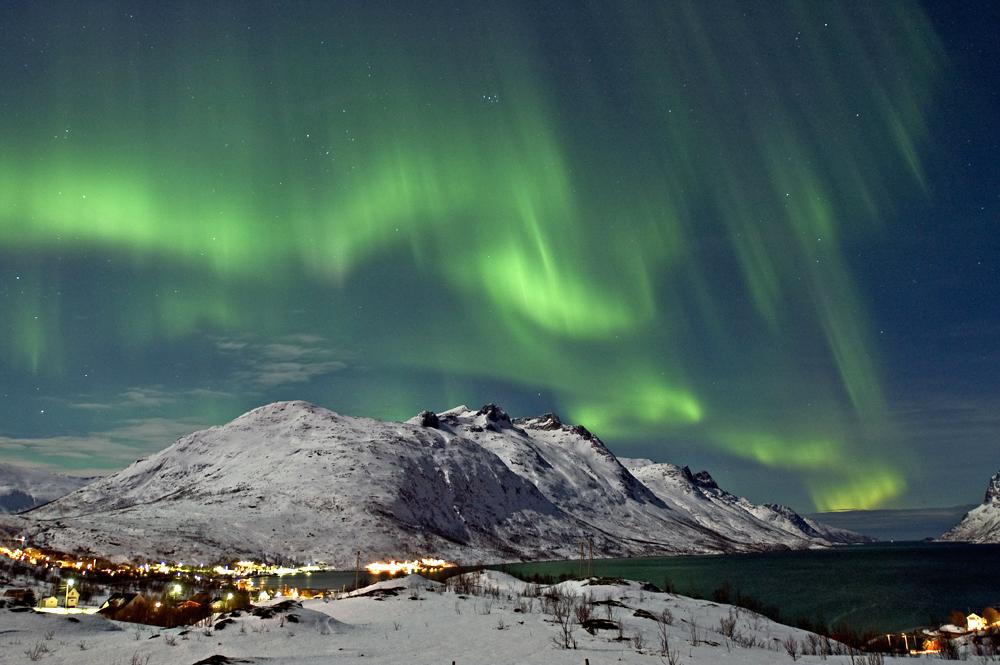 Nordlys over Ersfjorden, Kval?ya, Troms? kommune. Desember 2004.